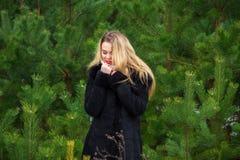 Vrouw het stellen in pijnbomen Royalty-vrije Stock Afbeelding