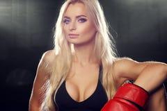 Vrouw het stellen in rode bokshandschoenen Royalty-vrije Stock Afbeeldingen