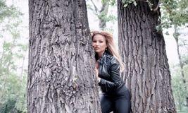 Vrouw het stellen tussen bomen royalty-vrije stock foto's