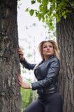 Vrouw het stellen tussen bomen stock fotografie