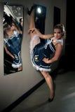 Vrouw het stellen in zeemanskostuum Royalty-vrije Stock Foto