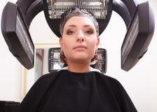 Vrouw het sterven haar in de salon van de het kappenschoonheid. Kapsel. Stock Fotografie
