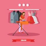 Vrouw het strijken kleren vectorillustratie De huisvrouw gebruikt het huistoestel Stock Afbeelding
