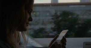 Vrouw het texting op cel tijdens busreis in Bangkok, Thailand stock video