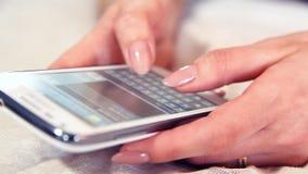 Vrouw het texting op smartphone stock footage