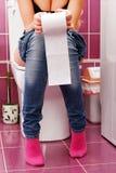 Vrouw in het toilet stock foto's