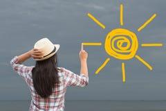 Vrouw het trekken of het schilderen zon op grijze hemel het licht van de behoeftezon Cha royalty-vrije stock foto's