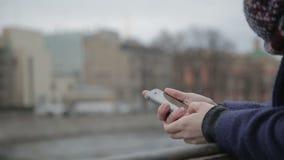 Vrouw het typen op cellphone stock footage