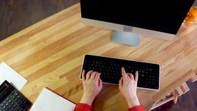 Vrouw het typen op computer hoogste mening stock videobeelden