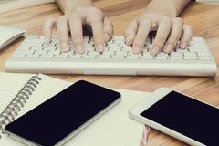 Vrouw het typen op computertoetsenbord Stock Afbeeldingen