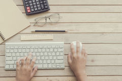Vrouw het typen op computertoetsenbord Stock Fotografie