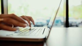 Vrouw het typen op laptop, computer in koffie verlaten schuif