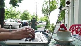 Vrouw het typen op laptop op koffie stock video