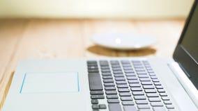 Vrouw het typen op laptop toetsenbord in het bureau Sluit omhoog vrouwenhanden schrijvend op laptop computertoetsenbord stock video