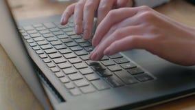 Vrouw het typen op laptop toetsenbord in het bureau Sluit omhoog vrouwenhanden schrijvend op laptop computertoetsenbord stock footage