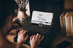 Vrouw het typen op schrijfmachine royalty-vrije stock afbeeldingen