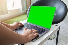 Vrouw het typen op toetsenbordlaptop computer en het groene scherm met exemplaarruimte Royalty-vrije Stock Afbeeldingen
