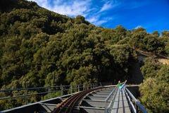 Vrouw het uitrekken zich been op spoorbrug stock foto's