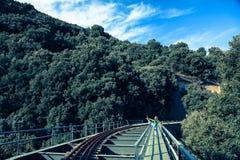 Vrouw het uitrekken zich been op spoorbrug stock afbeeldingen