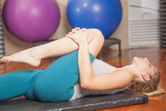 Vrouw het uitrekken zich in yoga Stock Foto