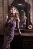 Vrouw in het uitstekende binnenland Royalty-vrije Stock Afbeeldingen