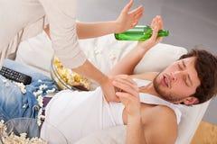 Vrouw het vechten met luie echtgenoot Royalty-vrije Stock Fotografie