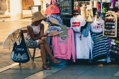 Vrouw het verkopen bij een herinneringswinkel in Venetië, Italië royalty-vrije stock afbeelding