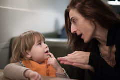 Vrouw het vertellen verhaal aan kind bij restaurant stock afbeeldingen