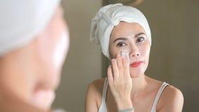 Vrouw het verwijderen maakt omhoog met katoenen stootkussen in badkamers stock videobeelden