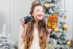 Vrouw het vieren de wintervakantie Royalty-vrije Stock Foto's