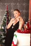 Vrouw het vieren Kerstmis, glimlachende vrouw in avondjurk met glas fonkelende champagne Royalty-vrije Stock Fotografie