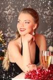 Vrouw het vieren Kerstmis, glimlachende vrouw in avondjurk met glas fonkelende champagne Stock Foto's