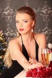 Vrouw het vieren Kerstmis, glimlachende vrouw in avondjurk met glas fonkelende champagne Royalty-vrije Stock Afbeelding