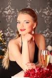 Vrouw het vieren Kerstmis, glimlachende vrouw in avondjurk met glas fonkelende champagne Royalty-vrije Stock Foto's