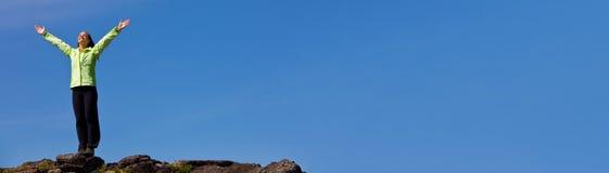 Vrouw het Vieren Succes bovenop Bergpanorama royalty-vrije stock foto's