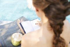 Vrouw het vullen dagboek royalty-vrije stock afbeelding