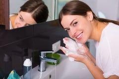 Vrouw het wassen omhoog in de ochtend Stock Foto's