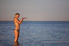 Vrouw in het water Stock Fotografie
