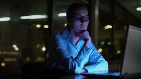 Vrouw het werk overuren bij nacht, die over moeilijk bedrijfsproject denken stock video