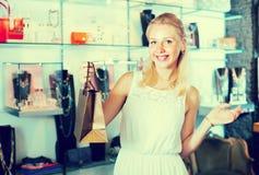 Vrouw het winkelen diverse bijouterie Royalty-vrije Stock Afbeeldingen