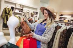 Vrouw het winkelen in kleren stock foto