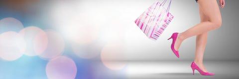 Vrouw het winkelen met zakken en het fonkelen steken bokeh overgang aan Stock Foto's