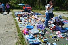 Vrouw het winkelen speelgoed bij een vlooienmarkt Stock Afbeelding