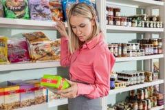 Vrouw het winkelen voedsel royalty-vrije stock afbeeldingen