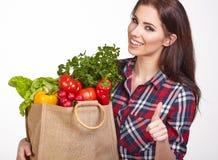 Vrouw het winkelen zak van groenten Stock Afbeeldingen