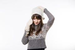Vrouw in het winterwear spreken op de telefoon Royalty-vrije Stock Afbeelding