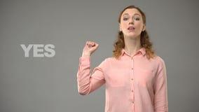 Vrouw het zeggen ben ik fijn in gebarentaal, leraar die woorden in aslleerprogramma tonen stock videobeelden