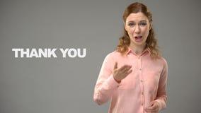 Vrouw het zeggen dankt u in gebarentaal, tekst op achtergrond, mededeling stock footage