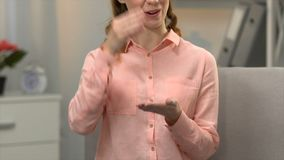 Vrouw het zeggen ken ik gebarentaal, gesprek voor gehandicapten in asl, doofheid stock videobeelden