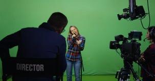 Vrouw het zingen bij een auditie stock afbeelding